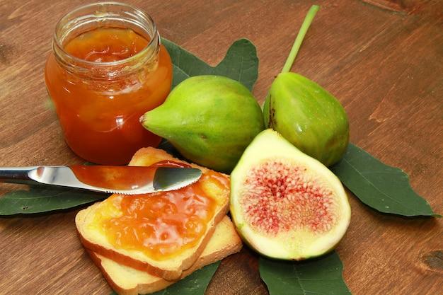 Confiture de figues aux figues et toasts