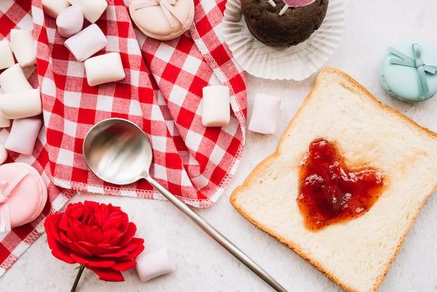 Confiture en forme de coeur sur du pain grillé avec des guimauves