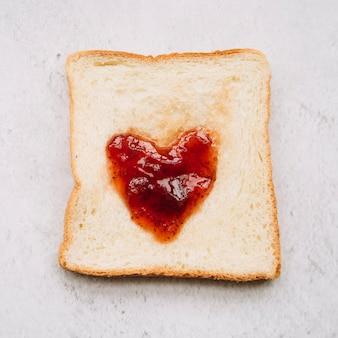 Confiture en forme de coeur sur du pain grillé