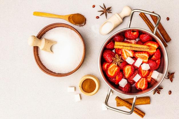 Confiture de fraise. ingrédients pour faire un dessert sucré fait maison