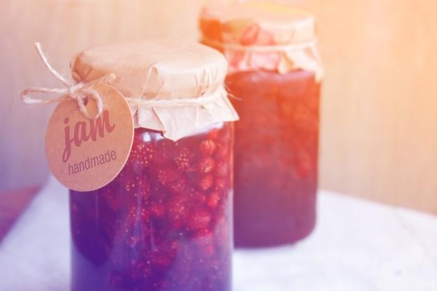 Confiture de fraises avec une étiquette. photo tonique