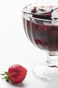 Confiture de fraises avec fond blanc