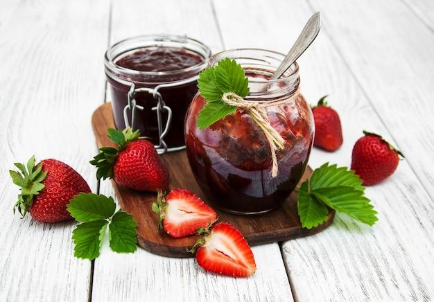 Confiture de fraises et fraises fraîches