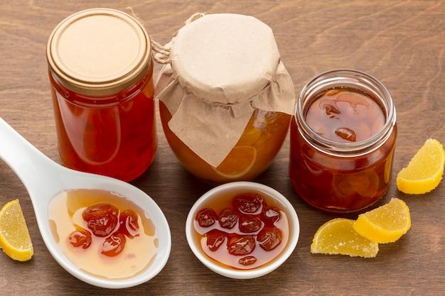 Confiture de fruits à angle élevé dans des bocaux et un bol
