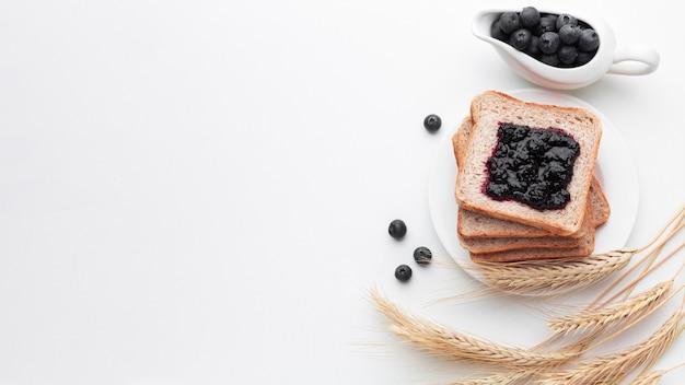 Confiture de fruits à plat sur pain
