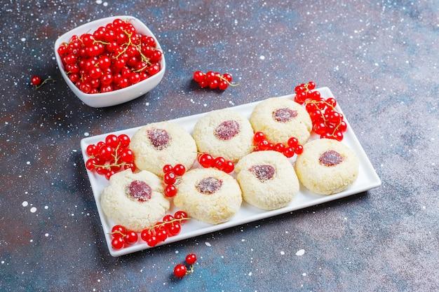 Confiture de groseille rustique rustique faite maison avec des biscuits à la noix de coco