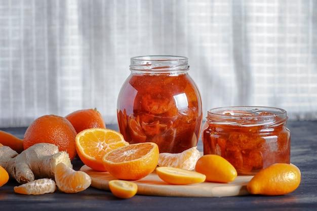 Confiture de mandarine et kumquat dans un bocal en verre