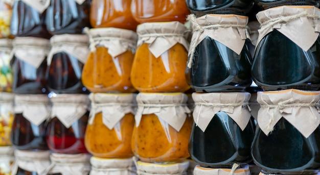 Confiture multicolore de fruits et baies dans des bocaux en verre.