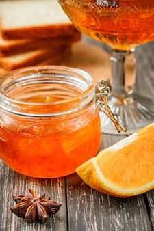 Confiture d'orange maison en pot de verre sur la table