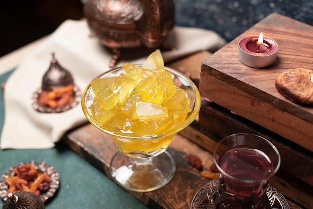Confiture de pastèque et un verre de thé