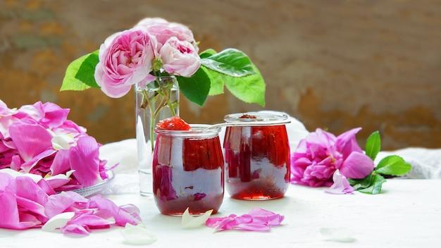 Confiture de pétales de rose sur fond blanc
