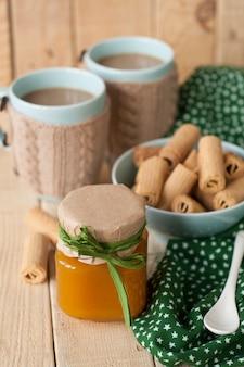 Confiture de pommes, biscuits et café au lait pour le petit déjeuner