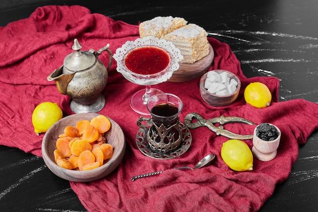 Confiture sur serviette rouge avec du thé.