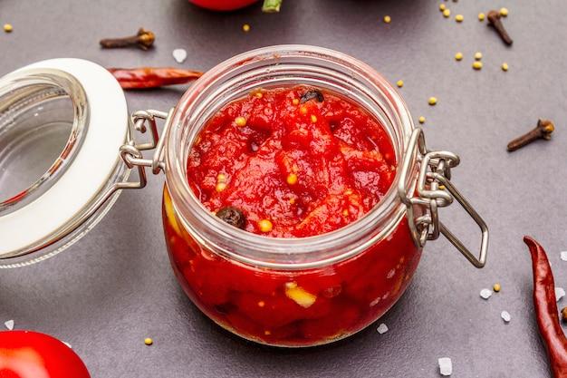 Confiture de tomates, confiture, chutney, sauce. concept de conservation fait maison