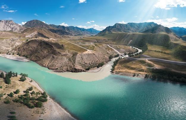 Le confluent de deux rivières katun et chuya le célèbre site touristique des montagnes de l'altaï en sibérie ...