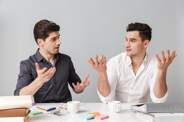 Confondre deux jeunes hommes d'affaires coworking.