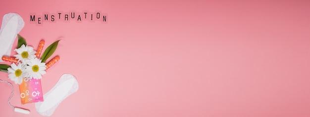 Confort de la femme et protection hygiénique, menstruation, serviettes hygiéniques sur fond rose. jours critiques. espace de copie