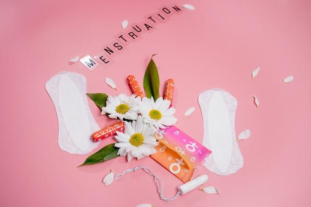 Confort de la femme et protection hygiénique, menstruation, serviettes hygiéniques sur rose