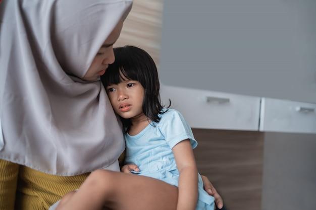 Confort de la fille par la mère
