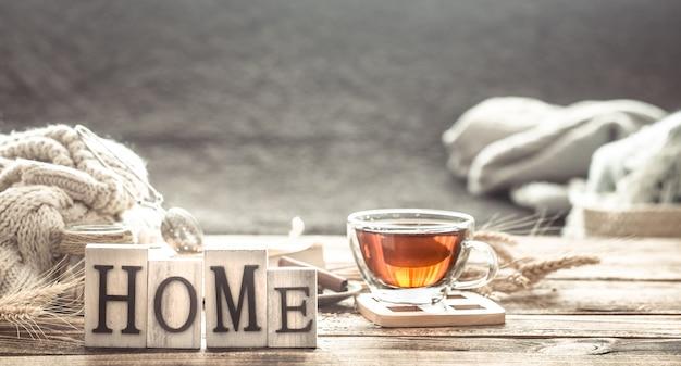 Confort de la maison nature morte avec une tasse de thé