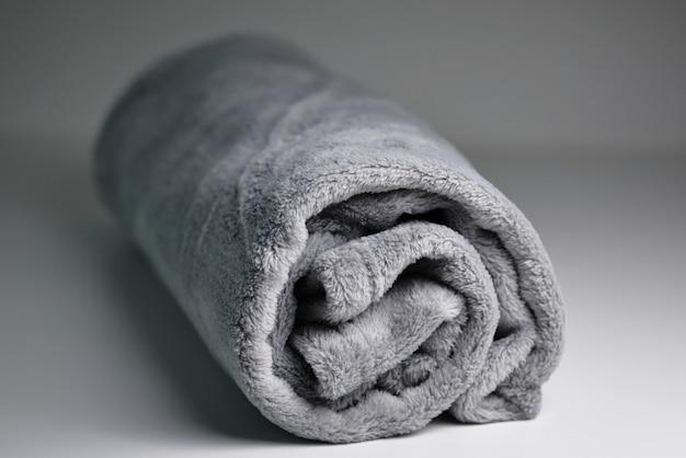 Confort roulé en molleton corail gris isolé sur fond gris