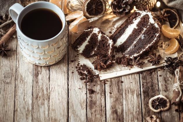 Confortable tasse de thé et morceau de gâteau