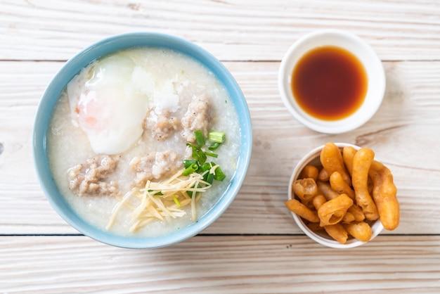 Congee avec du porc haché dans un bol
