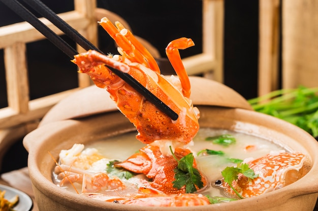 Congee de fruits de mer de homard dans une casserole