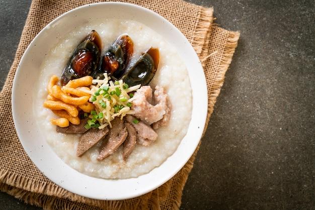 Congee de porc ou bouillie avec bol de porc