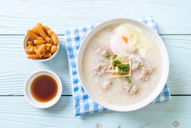 Congee avec porc haché dans un bol