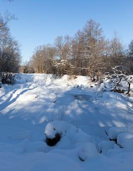 Des congères en hiver, une grande quantité de précipitations en hiver