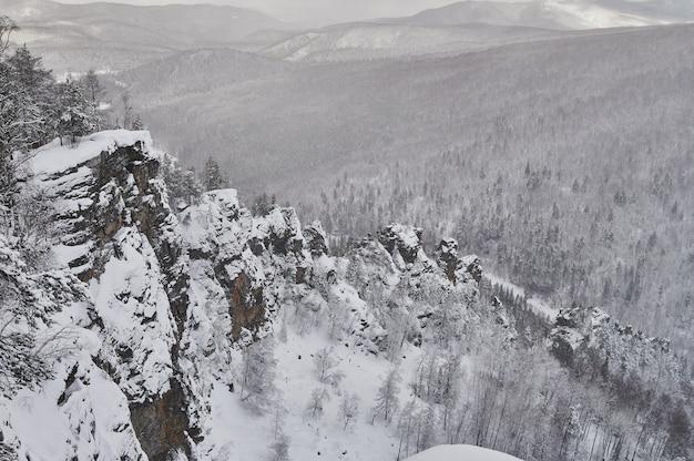Des conifères des neiges dans les montagnes de l'oural au sommet du mont aigir.