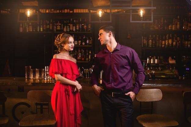 Connaissance au bar, la femme flirte avec l'homme