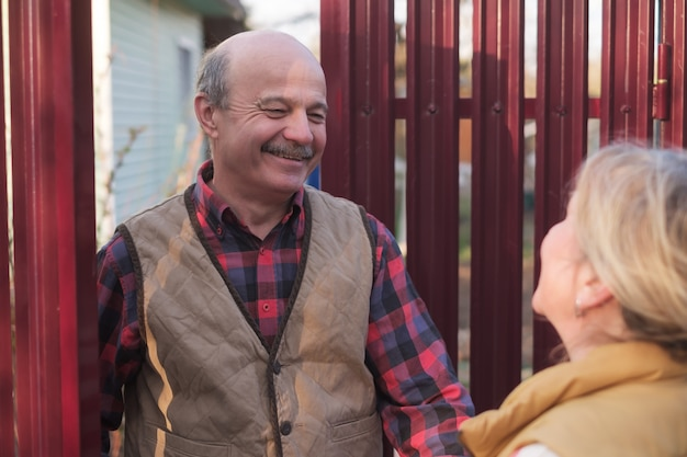 Connaître les voisins dans les maisons de campagne du village