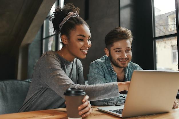 Connecter créer collaborer collègues déjeuner dans un café moderne