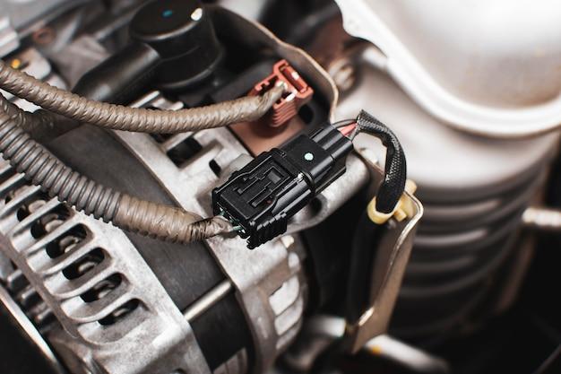 Connecteur de fil de prise électrique à l'alternateur de voiture du système moteur, concept de pièce automobile.