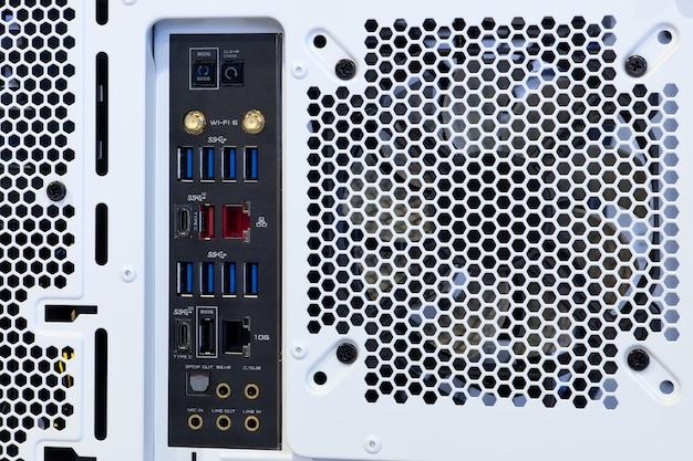 Connecteur de port de transfert de données multiples gros plan sur l'ordinateur de carte mère haute performance