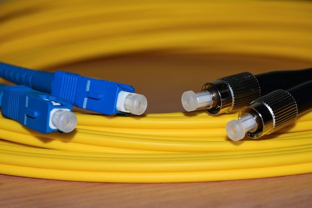 Connecteurs de câbles de raccordement pour fibres optiques en gros plan