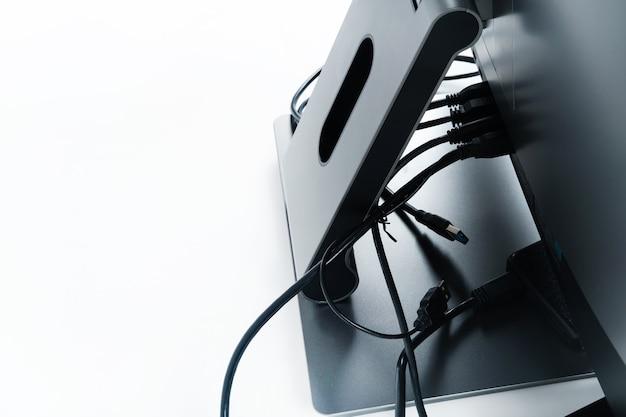 Connectez l'arrière de la barre chocolatée sur une surface blanche.un ordinateur avec plusieurs connexions.