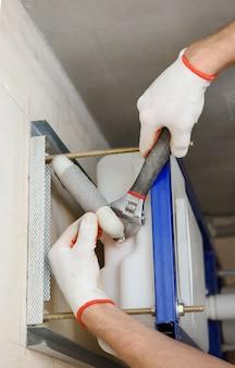 Connexion du tuyau au réservoir intégré.