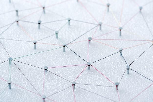 Connexion de ligne web abstraite de fils de couleur du noeud du clou au noeud
