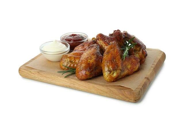 Conseil avec des ailes de poulet au four et sauces isolé sur fond blanc