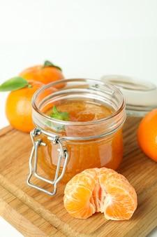 Conseil avec de la confiture de mandarine et des ingrédients sur fond blanc
