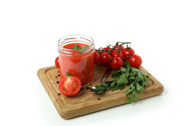Conseil avec gaspacho et ingrédients isolés sur fond blanc