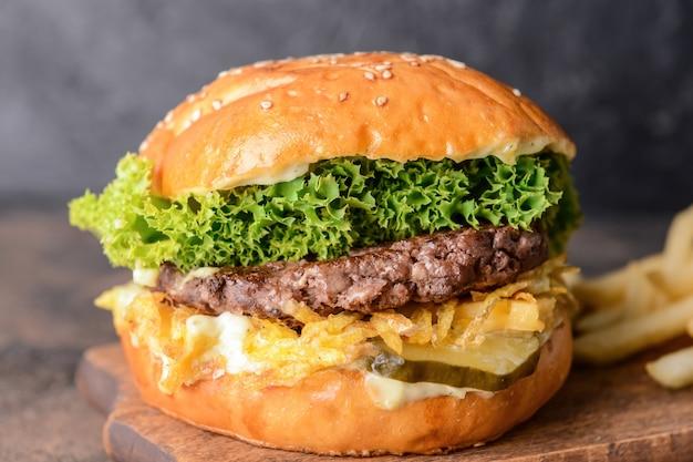 Conseil avec un hamburger savoureux sur dark