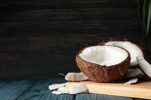 Conseil avec noix de coco sur bois, espace pour le texte