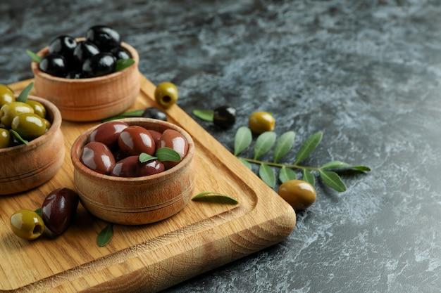 Conseil avec olives et feuilles sur fond isolé smokey noir
