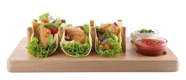 Conseil avec de savoureux tacos au poisson isolés sur blanc