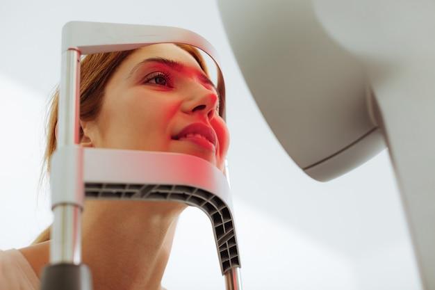 Conseil spécialisé en ophtalmologie. gros plan sur une femme au maquillage naturel ayant une consultation auprès d'un spécialiste des yeux
