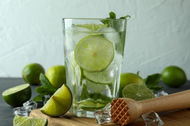 Conseil avec verre de cocktail mojito et ingrédients, gros plan